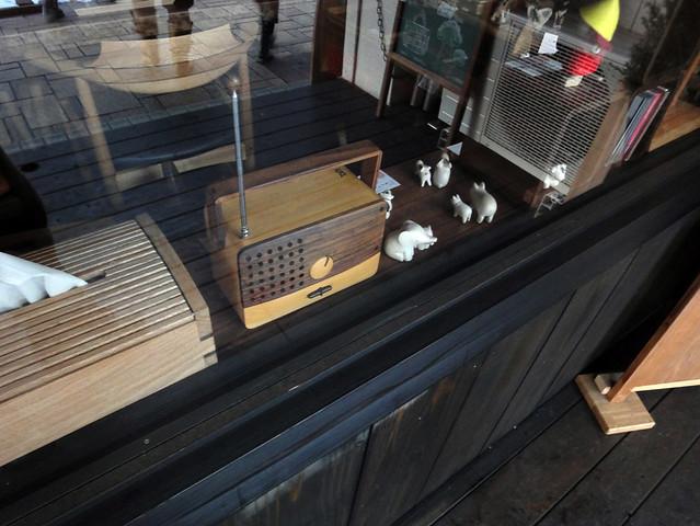 道中の雑貨屋さんで見つけた、木製のラジオです。|
