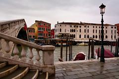 Venice : Ponte degli Scalzi (Pantchoa) Tags: bridge venice italy stairs nikon italia streetlamp ponte nikkor venecia venezia grandcanal lampione scalzi rverbre d7100 1685f3556gedvr hotelbellinidock
