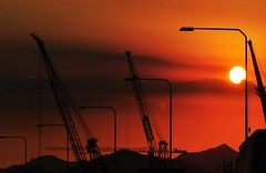 above the hills and workers... Good week ahead! (Ruby Ferreira ) Tags: sunset cars streetlamp hills cranes prdosol ontheroad riodejaneirorj notreatment silhuetassilhouettes nikond5000 brasilemimagens