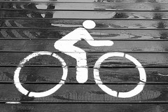 cuidado!! ciclista (@nexo) Tags: madrid white bike sign rio wooden madera bicicleta blanca ciclista rider seal nexo