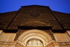 Non mi stanco mai di un cielo azzurro... Ma neanche della maestosa chiesa bolognese. (michelecipriotti) Tags: bologna sanpetronio chiesa piazzamaggiore emiliaromagna azzurro cielo statua città storia