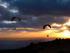 Morgenflug (urs_aschmann) Tags: wolken lanzarote sonnenaufgang freundschaft sonnenstrahlen schönheit fliegen gleitschirm erlebnis