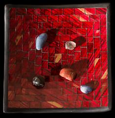 Rocks in a plate 1 (Gustavo Cavalcanti.) Tags: red rock rocks plate vermelho prato pedra pedras dedpxl02