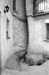 Calle estrecha en Cuevas de Aylln, Soria (@bokehpa) Tags: street blackandwhite blancoynegro film monochrome analog photoshop 35mm monocromo calle village edited pueblo grain monochromatic ishootfilm narrow analogphotography monocromtico estrecha filmisnotdead