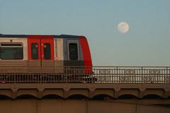 Dem Vollmond entgegenfahren (Lilongwe2007) Tags: hamburg hochbahn ubahn dt5 vollmond mondaufgang eisenbahn züge brücke sonnenuntergang deutschland