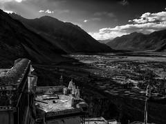 Ladakh : Nubra et la Shyok Vallée depuis le monstère de Diskit (Gilles Daligand) Tags: inde jammuetkashmir nubra vallée gompa diskit monastère paysage coucherdesoleil sunset olympus omdem5 noiretblanc monochrome bw himalaya