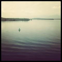 Anglų lietuvių žodynas. Žodis buoy reiškia 1. n bakenas, plūduras; 2. v 1) plūduriuoti; 2) apstatyti plūdurais; 3)perk. palaikyti, pakelti (nuotaiką ir pan.) lietuviškai.