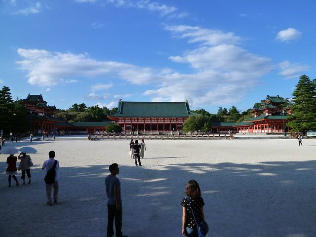 白砂と朱色の社殿|平安神宮