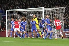 Samuel  Eto'o clears (Ronnie Macdonald) Tags: football chelsea arsenal futebol emiratesstadium leaguecup ronmacphotos