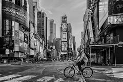 Cruzando el lmite (belthelem) Tags: nyc trip travel usa ny newyork bicycle night nikon manhattan taxi timessquare ciclista bici cruce viajar nuevayork eeuu t100 d700