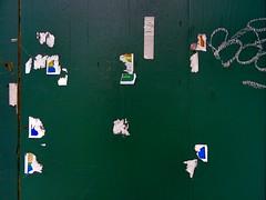 restos mortais... (bruce grant) Tags: tag obras novaiorque tapume autocolantes rasgados