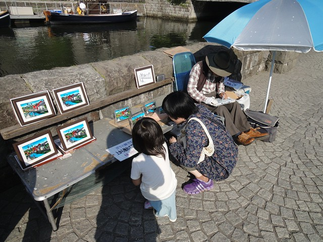 運河周辺では、絵を描いて売っている方がいらっしゃいました。|小樽運河