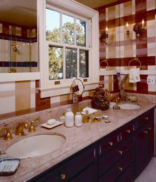 Banheiro decorado acessórios dourados