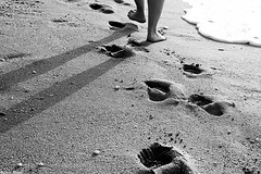 Step by Step (Sonia Montes) Tags: blackandwhite byn blancoynegro canon agua playa arena pies sombras huellas