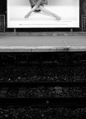 Jambes  Fontenay-aux-Roses, 15 mars 2013 (Stphane Bily) Tags: blackandwhite bw station legs gare noiretblanc nb rails publicit quai jambes ratp hautsdeseine fontenayauxroses stphanebily