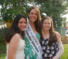 Philadelphia Rose Mairead Comaskey with sisters Eilish & Shania