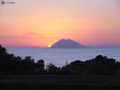 VV-Ricadi-Capovaticano Tramonto con Stromboli_L