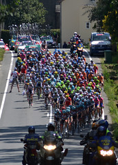 Vuelta 8: Peloton easing downslope (Majorshots) Tags: galicia galiza vuelta stage4 peloton acorua vueltaespaa pelotn etapa4 negreira ocamioreal lavueltaaespaa2013 etapafindelmundo lalnafisterra vueltapeloton vueltapelotn