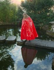 Rotes Lackcape (sari40) Tags: vintage vinyl rubber cape raincoat pvc lack raincape regenmantel regencape rubbercape