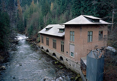 Sullivan Creek Powerhouse (jim peterson2012) Tags: 50mm polarizer fujivelvia50 mamiya7ii pendoreillecounty sullivancreekpowerhouse