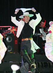 El Conjunto Macó interpretando Música y Danzas de Chile. Gala Artística Cincuentenario de la Refinería de Concón, V Región. Baila Hugo Vargas. Teatro Municipal de Viña del Mar, jueves 10 de noviembre de 2005.