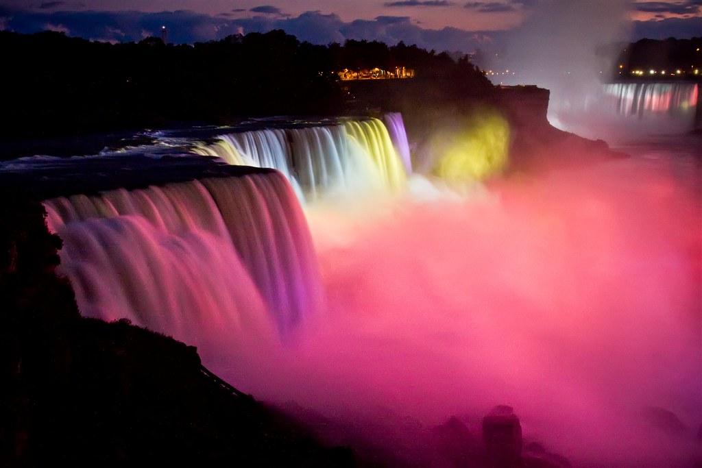 5Thác nước này càng trở nên kỳ ảo và rực rỡ dưới ánh sáng màu vào ban đêm