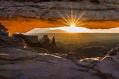 Morning Glow (Blue Falcon Foto) Tags: morning sunrise mesa arch flare sun park national nps canyonlands crowd hike utah landscape