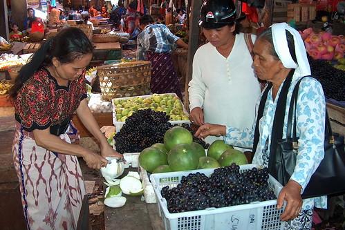 Indonesia - Lombok - Market - Buying Ceruk Besar