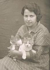Kittys (TrueVintage) Tags: bw woman cats pets cute animals 1930s kittens oldphoto sw frau katzen foundphoto sss haustiere ktzchen vintagephoto vintagewoman vintagebw vintagepets