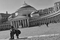 2017 03 03 - Napoli - (114) (Giovanni.Ciliberti) Tags: piazza del plebiscito chiesa san francesco di paola arte colonne cupola prospettiva bn bianco e nero uomo colore street riposo meditazione riflessione