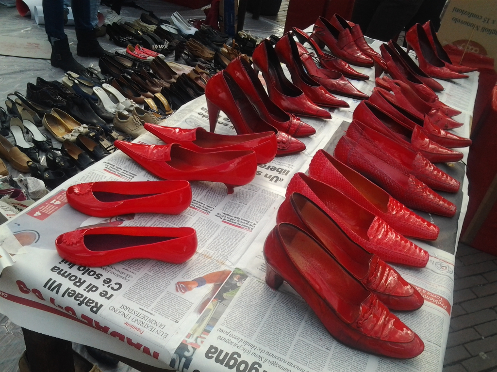 Scarpe senza donne. Tantissime quelle donate. Tutti in piazza Cavour ... 3bb4f85d510