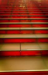 TKTS Times Square (. Marzo | Photography .) Tags: nyc red ny lines stairs america square escalera timessquare times escada bigapple tkts gettyimages redstairs roja escadas degrees escadaria degrau tktstimessquare