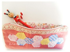 Porta-lpis love vintage (AnnCrafts Artesanato) Tags: lace fabric criana lpis patchwork canetas ganga aulas tecido portalpis necessaires hexgonos