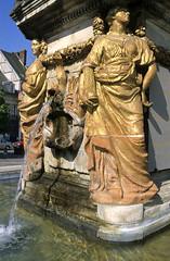 Noyon, place de l'Hôtel de ville, fontaine (Ytierny) Tags: sculpture france statue vertical architecture pierre fontaine picardie jetdeau bassin noyon oise dorure placedelhôteldeville ytierny