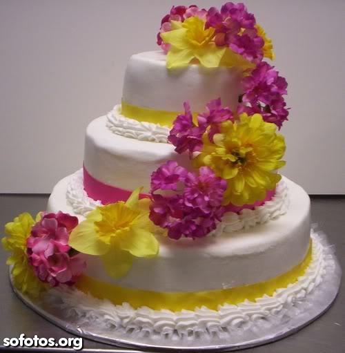 Bolo de casamento branco com flores rosa e amarela