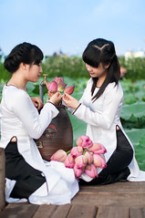lotus wash (n_dangthuy) Tags: girl waterlily lotus vietnam westlake hanoi aodai vietnamesewomen longdress d90 hotay 2013 vietnamesegirls greenleave hoasen vietnamesetraditionaldress nikkor50mmf14g niknod90 muahoasen