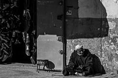 Cheikh (alimhd) Tags: old bw man algeria shoes vieux laghouat