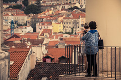 Les toits de Lisbonne / Roofs of Lisbon (Gilderic Photography) Tags: lisbonne lisbon portugal city roof people woman building travel canon 500d gilderic