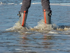 Beach fun (willi2qwert) Tags: rubberboots rainboots regenstiefel gummistiefel gumboots girl wellies wellingtons wasser women wet water wave watt beach strand