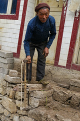 Repairing the front door? (Rita Willaert) Tags: china tribal guizhou miao minority southwestchina minderheden bijie foursealmiao villageniuchangba