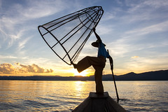 Catch the sun (Ocelyn) Tags: voyage travel sunset lake canon boat fisherman asia dancing burma lac myanmar inle asie fr flickrestrellas quarzoespecial