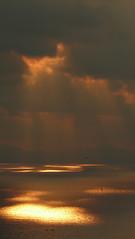 Iluntzea itsasoan (Igeldo) (Amaia eta Gotzon) Tags: light sunset sea sky cloud costa sunlight luz clouds atardecer coast mar cielo nubes rayo sansebastian sunbeam vasco euskalherria euskadi nube basquecountry paisvasco donostia horizonte kosta guipuzcoa gipuzkoa pasvasco zerua cantabrico itsasoa sansebastin cantbrico igeldo kantauri hodeiak marcantbrico marcantabrico rayodesol iluntzea kantauriitsasoa