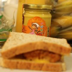 แล้วประกบด้วยขนมปังอีกแผ่นเป็นแซนวิช