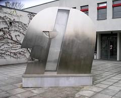 1996/97 Berlin Kopf von Rüdiger Roehl Edelstahl vor BBZ-Chemie Adlergestell 333 in 12489 Adlershof (Bergfels) Tags: skulpturenführer bergfels 199697 1996 1990er 20jh nach1989 berlin kopf rüdigerroehl rroehl roehl edelstahl adlergestell 12489 adlershof beschriftet skulptur plastik
