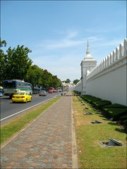 Down Maharat Road (suavehouse113) Tags: street bus cars wall thailand temple traffic landscaping bangkok taxi wat footpath philscamera landscaped diminishingperspective thegrandpalace maharatroad