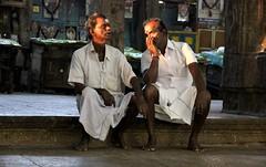 Due uomini seduti al tempio
