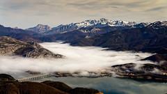 Riaño y los Picos (Carpetovetón) Tags: montaña paisaje picosdeeuropa riaño embalse niebla peñasanta cornión tejerina león sonynex5n españa