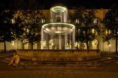 Geschwister Scholl Platz (hjuengst) Tags: longexposure water fountain munich mnchen bayern bavaria wasser brunnen nachtaufnahme nighshot langzeitbelichtung universtt lmumnchen munichatnight nikond7000 nikond7000hdr bavariabuilding