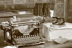 IMG_1596 (xxdjkay187xx) Tags: black monochrome typewriter museum bronze living country oldie underwood worldie