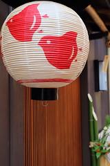 Birds on Lantern (Teruhide Tomori) Tags: japan alley kyoto    lantern japon pontocho chidori